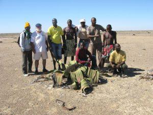 Equipe de estudantes de antropologia da UAN e os pastores do Namibe com o prof. Samuel Rodrigues Aço. Pesquisa de campo 2008. (Foto: Teresa Aço)